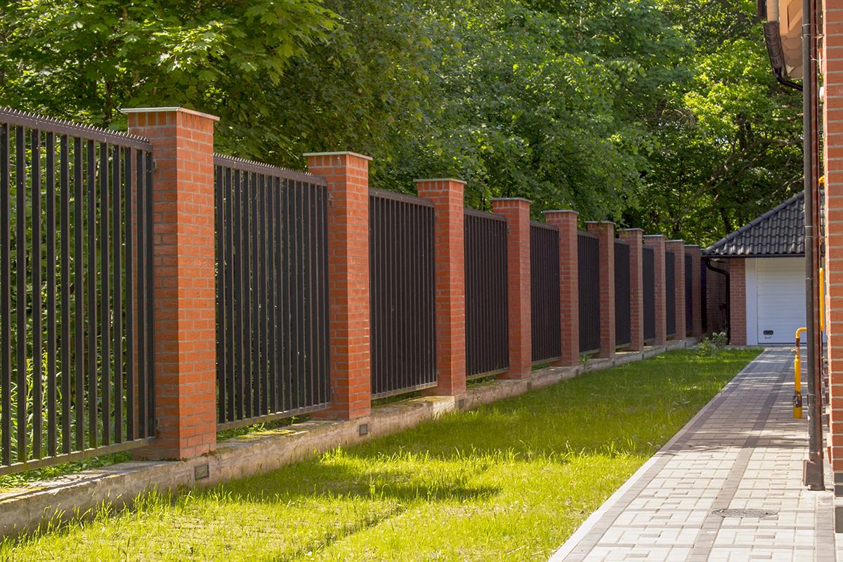 стал красивый забор на даче фото информация