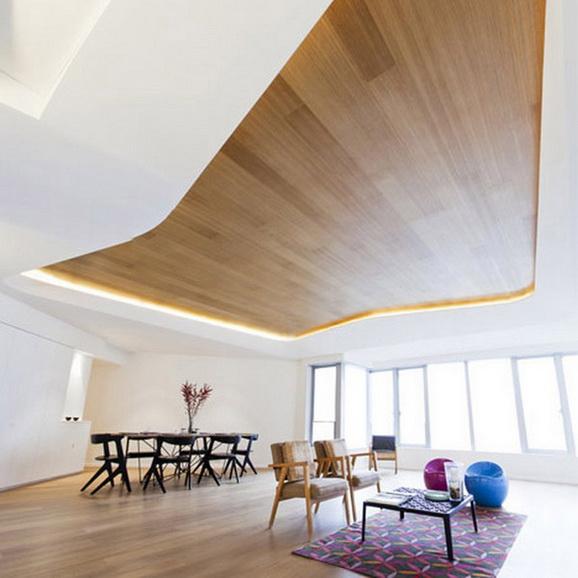Дизайн потолков с деревом
