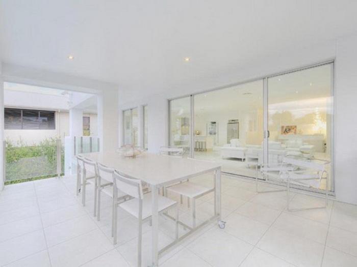 Изысканный абсолютно белый дом в