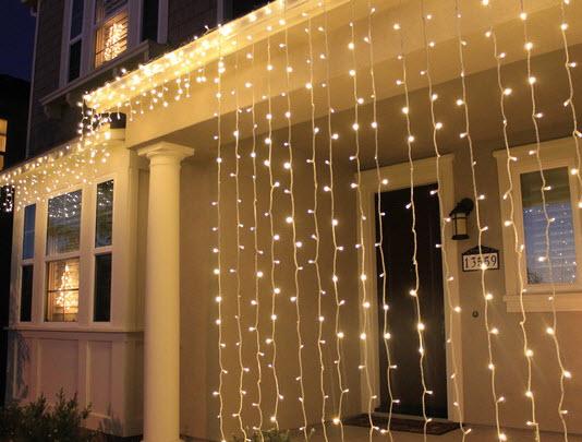 Гирляндой можно оживить комнату и экстерьер не только на новогодних праздниках.  Наряжаем потолок, зеркала, окна...