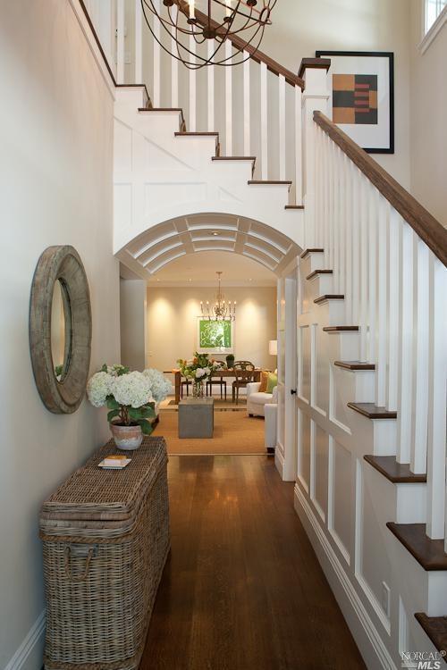 Интерьер узкого коридора с лестницей фото
