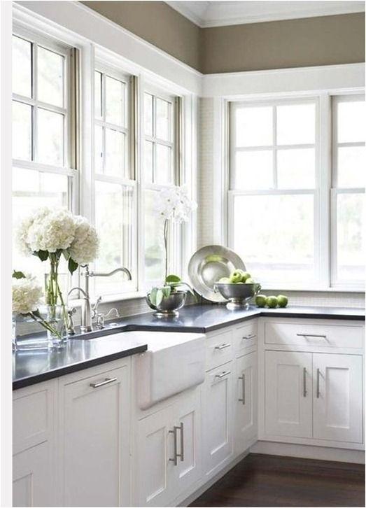 Дизайн кухни с окном