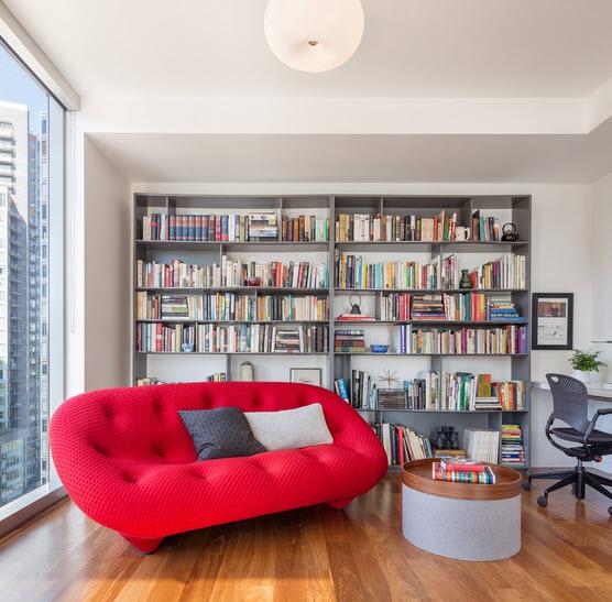 В интерьере красный диван фото