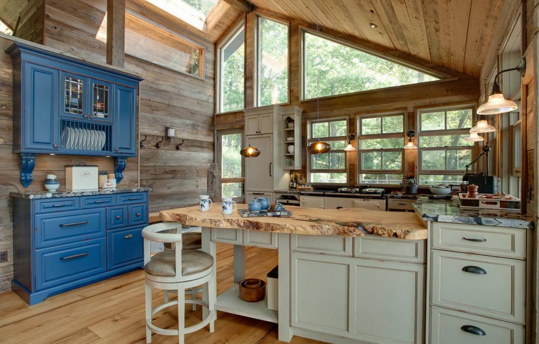 Дизайн кухни в деревянном доме с окном