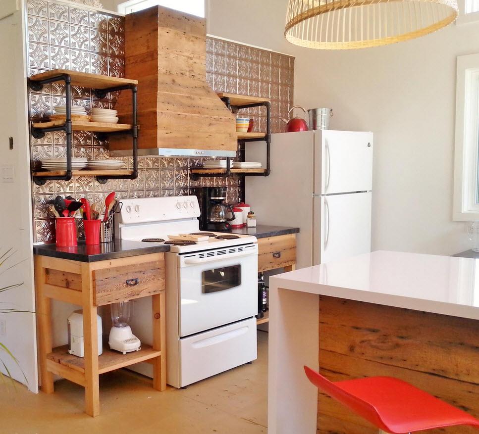 Маленькая кухня в деревенском доме фото