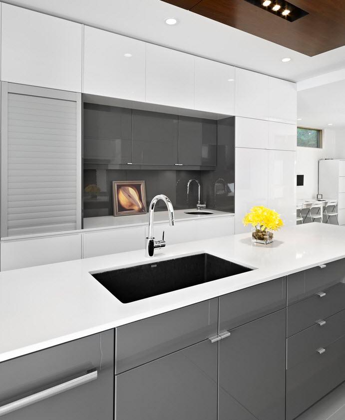 Дизайн кухни в серо белом цвете