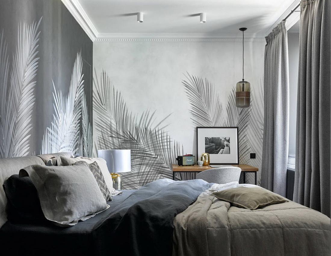 обои с перьями в интерьере спальни кролика